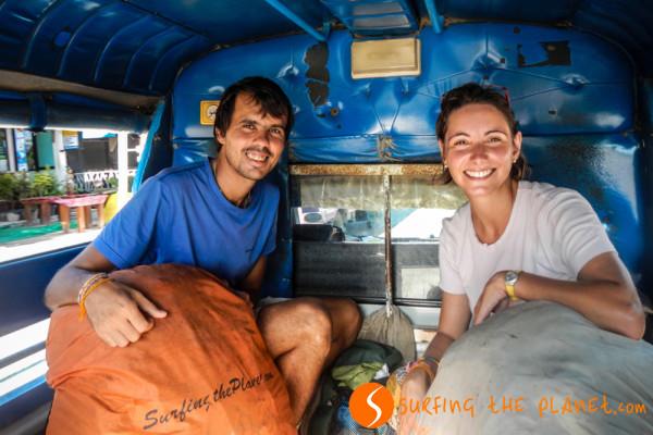 Gábor és Rachele a hátizsákkal Thaiföldön