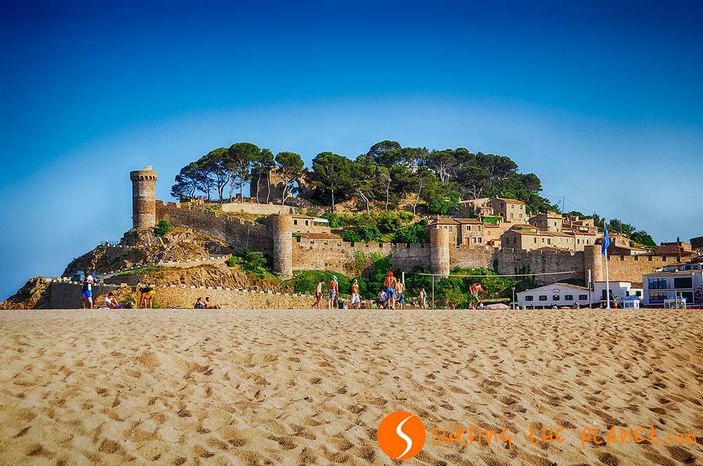 Vár a dombtetőn a Costa Braván, Barcelonától északra.