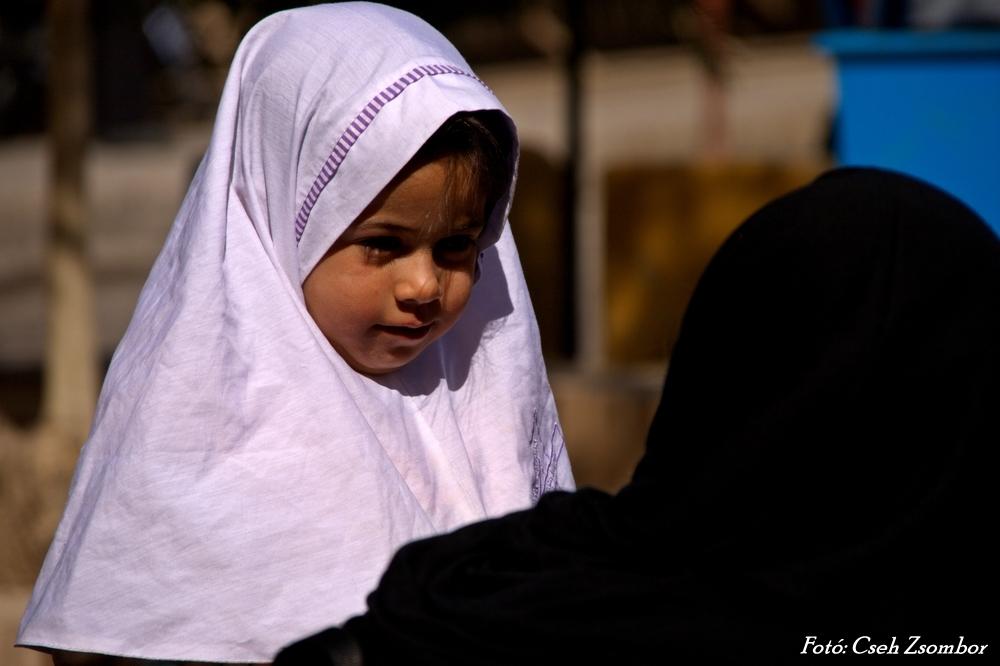 Yazd_Óvódás kislány és édesanyja