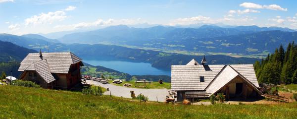 Kilátás a Millstatti tóra. Előtérben az Alexanderhütte és a tejgazdaság