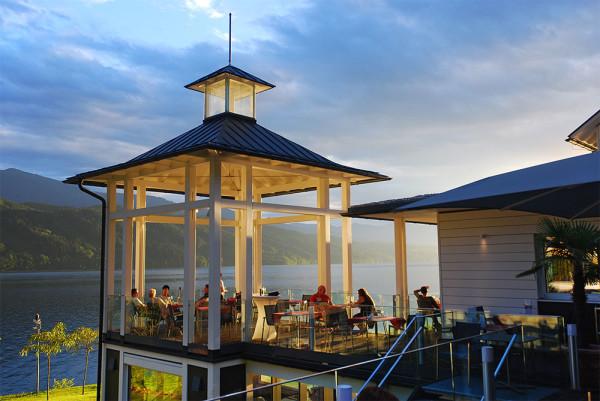 A fürdőház L'ONDA étterme a Millstatti tó felett lemenő nap fényében