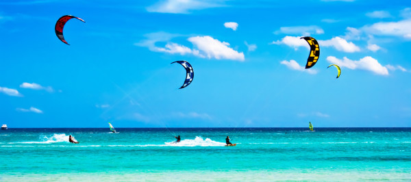 Kitesurfers-at-high-speed-around-the-beach