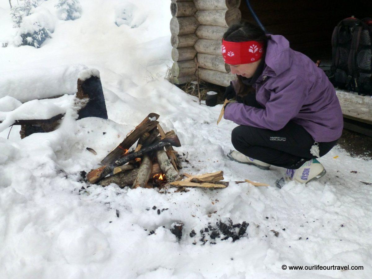 Ideje egy kis tábortüzet rakni az egyik pihenőhelyen. A hó nem akadály.