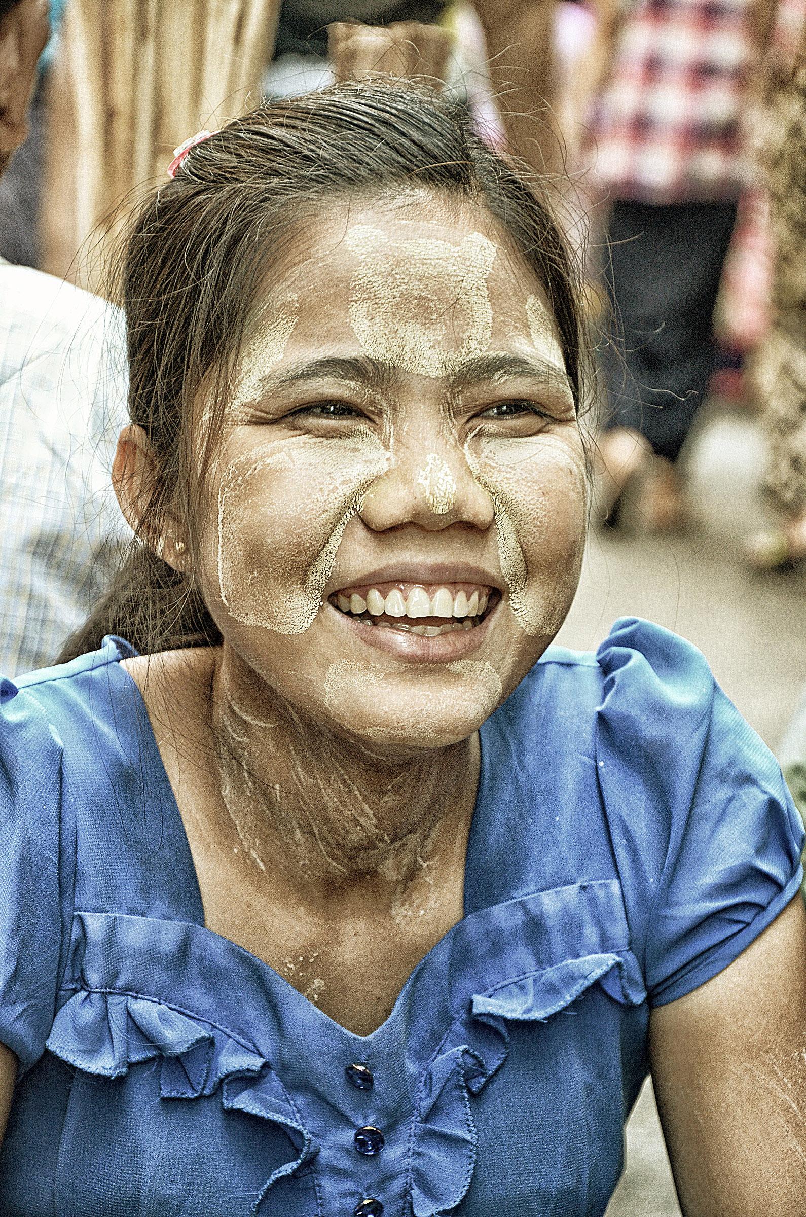 A nők arcukra, nyakukra és karjukra tanakát, porított fakéregből és -gyökérből készült kozmetikumot kennek, jellemzően szabályos alakzatokban, a lány homlokán például egy macifej vehető ki. Elsősorban szépészeti oka van (vonzónak tartják), de a nap ellen is véd és hűsíti a bőrt