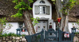 Sylt jellegzetes látnivalói: világítótornyok, strandkosarak és mesebeli házikók