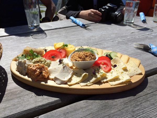 Házi készítésű sajtok, sajtkrémek és vajak az Alexanderhütte melletti tejgazdaságból