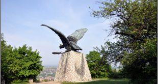 Megnyílt a Gerecse kapuja – látogatóközpont a Turul-emlékmű mellett