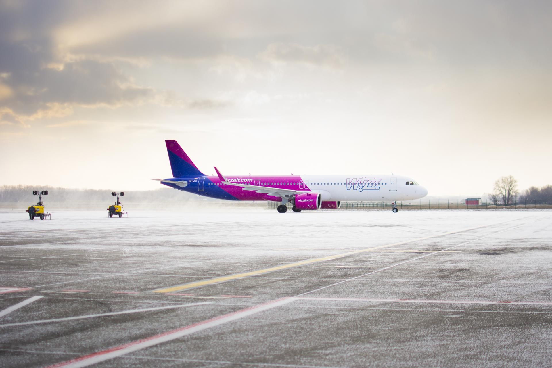 Védőfelszereléseket és koronavírus teszteket szállított haza Kínából a Wizz Air